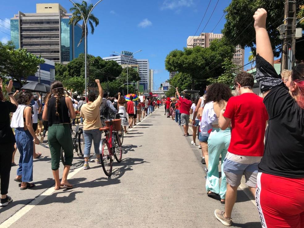 (Manifestantes se organizaram em filas durante protesto contra Bolsonaro, no Recife — Foto: Suzana Souza/G1)
